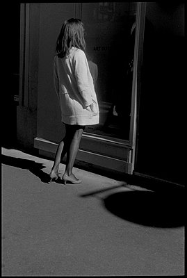 Woman in front of a shop window - p1654m2280240 by Alexis Bastin