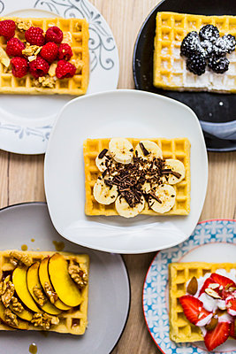 Plates of waffles with various toppings - p300m2004226 by Giorgio Fochesato