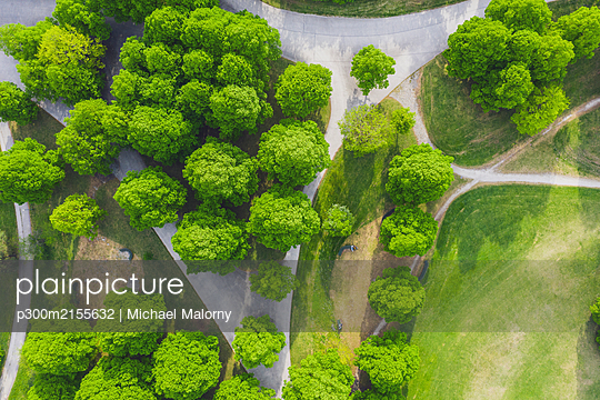 Germany, Bavaria, Munich, Aerial view of footpaths across Olympiapark in summer - p300m2155632 by Michael Malorny