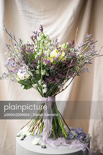 Studio shot of purple bouquet of summer flowers - p300m2206604 by Daniel Sierralta