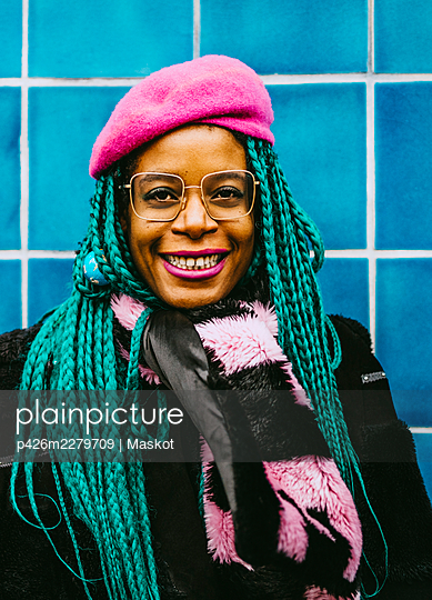 Portrait of happy mid adult woman with braided hair wearing pink beret - p426m2279709 by Maskot