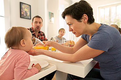 Glückliche Familie am Frühstückstisch - p341m1137141 von Mikesch