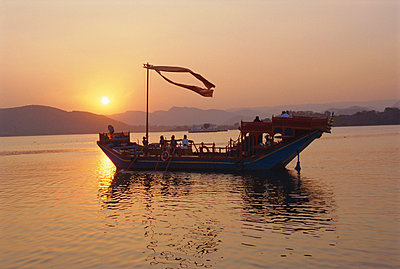 The royal barge at the Lake Palace Hotel, Udaipur, Rajasthan, India - p8710006 by Robert Harding Productions