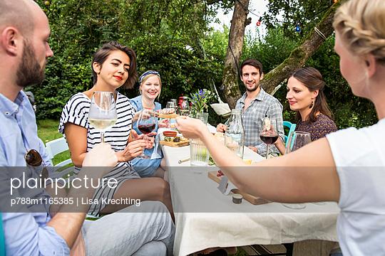 Freunde auf einer Gartenparty - p788m1165385 von Lisa Krechting