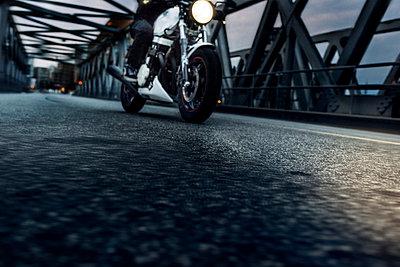 Motorradfahrer unterwegs - p1076m1050154 von TOBSN