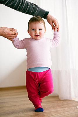 Baby geht an Papas Händen - p1196m1201694 von Biederbick & Rumpf