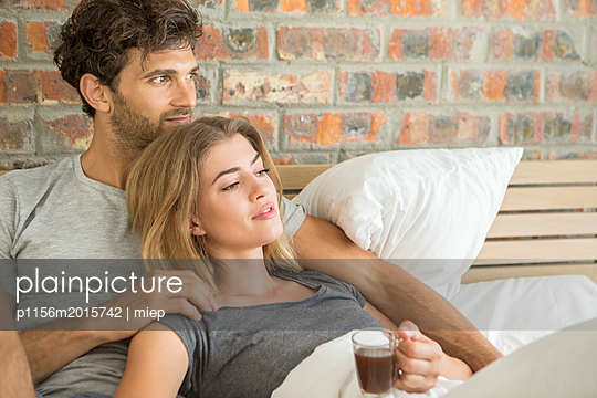 Paar im Bett - p1156m2015742 von miep