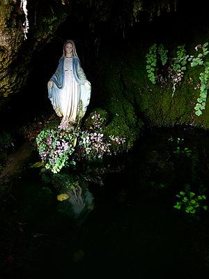 Maria in der Grotte - p240m952542 von Valerie Wagner