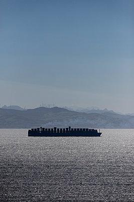 Spain, Andalusia, Tarifa, Strait of Gibraltar, Container ship - p300m2083440 von Sebastian Kanzler