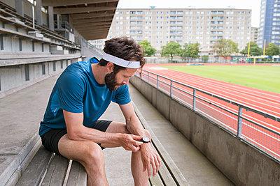 Sweden, Skane, Malmo, Athlete preparing for training - p352m1349836 by Viktor Holm