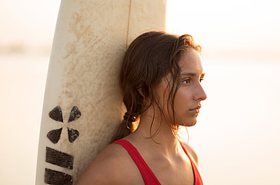 Young woman with surfboard - p552m2020164 by Leander Hopf