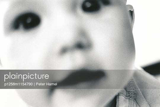 Portrait eines Babies Nahaufnahme - p1258m1154790 von Peter Hamel