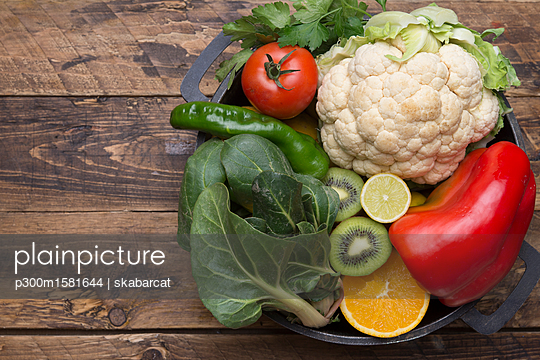 Various fruits and vegetables with vitamin c in cooking pot - p300m1581644 von skabarcat