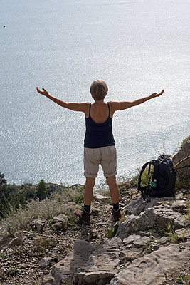 Ausblick vom Wanderweg der Götter an der Amalfiküste - p1079m1552884 von Ulrich Mertens