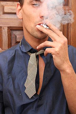 Flirt mit Zigarette - p258m885460 von Katarzyna Sonnewend