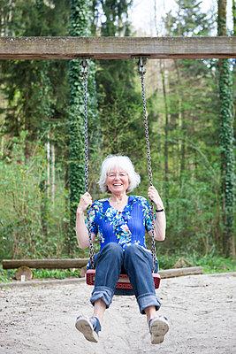 ältere Frau schaukelt - p505m1031132 von Iris Wolf