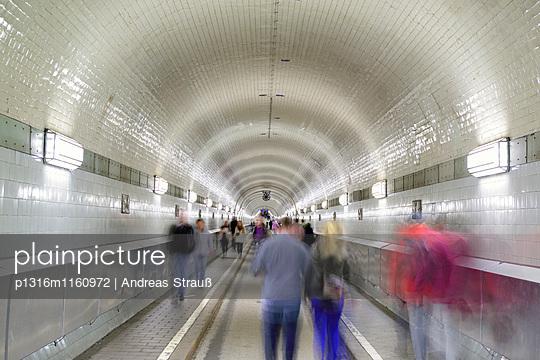 Personen gehen durch Alter Elbtunnel, Alter Elbtunnel, Hamburg, Deutschland - p1316m1160972 von Andreas Strauß