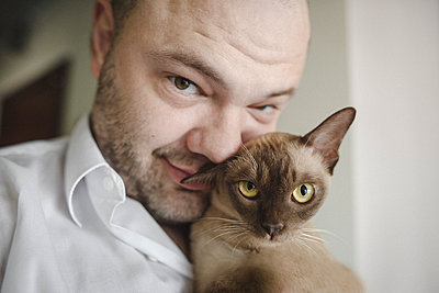 Portrait of Burmese cat with owner - p300m2114033 by Ekaterina Yakunina