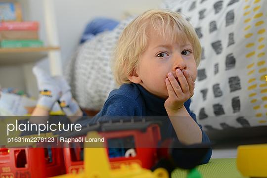 Toddler looking at camera - p1631m2278123 by Raphaël Lorand