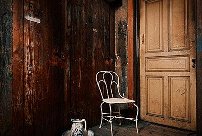 Dachboden mit Stuhl und Tür - p1198m1028153 von Guenther Schwering