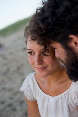 Junges Paar glücklich im Sand - p1212m1168773 von harry + lidy