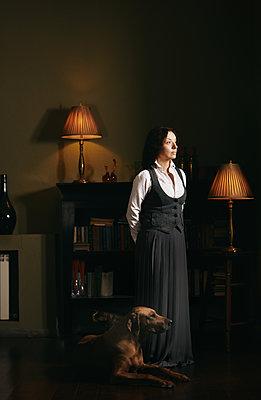 Frau mit ihrem Hund - p1577m2150346 von zhenikeyev