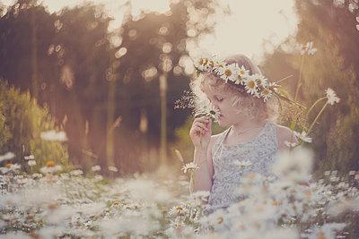 Russland, Mädchen mit Blumenkranz im Haar auf einer Wiese - p1642m2245268 von V-fokuse