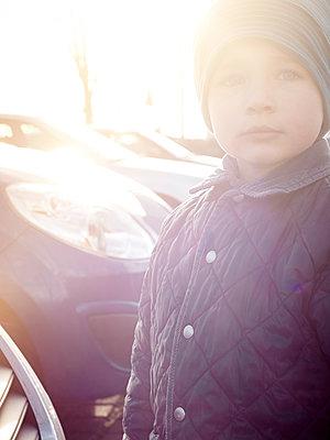 Kleiner Junge in der Wintersonne - p900m1172493 von Michael Moser