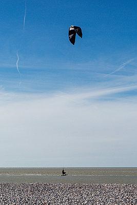 Kite Surfing - p940m1132361 by Bénédite Topuz