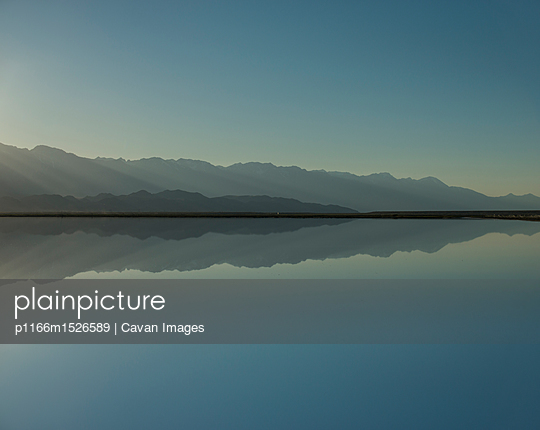 plainpicture | Photo library for authentic images - plainpicture p1166m1526589 - Symmetry view of Mono Lake ... - plainpicture/Cavan Images