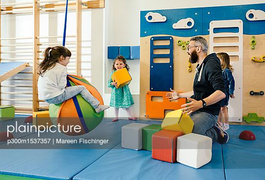 plainpicture   Photo library for authentic images - plainpicture p300m1537357 - Pre-school teacher and happ... - plainpicture/Westend61/Mareen Fischinger