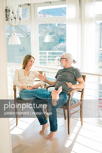 plainpicture - plainpicture p300m1568302 - Relaxed mature couple talki... - plainpicture/Westend61/Robijn Page