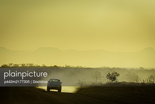 Driving at sunset, Damaraland; Kunene Region, Namibia - p442m2177305 by Dosfotos