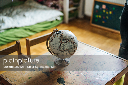 Ein Globus steht auf einem Holztisch - p586m1200121 von Kniel Synnatzschke