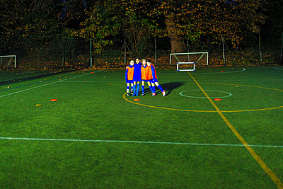 Portrait confident girls soccer team on field at night - p1023m2035263 by Paul Bradbury