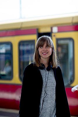 Junge Frau vor S-Bahn - Türe halb zu - p1212m1136975 von harry + lidy