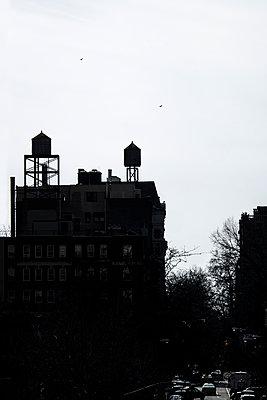 New York Silhouetten von Wassertanks auf Hausdach - p1243m1154820 von Archer