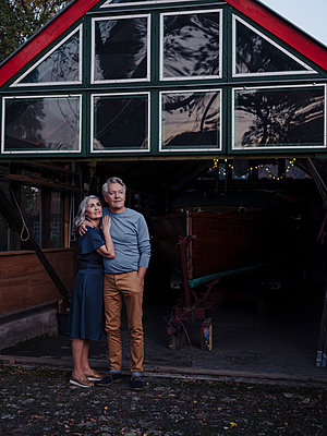 Senior couple standing in front of boathouse - p300m2154940 by Gustafsson