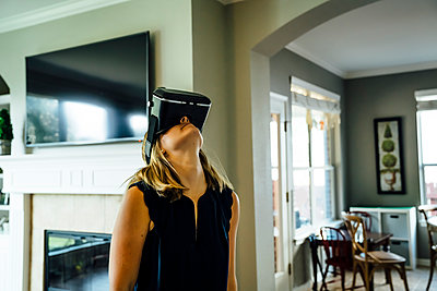 Caucasian woman wearing virtual reality goggles - p555m1304486 by Inti St Clair