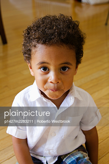 High angle portrait of preschool boy looking at camera smiling - p1427m2283211 by Roberto Westbrook