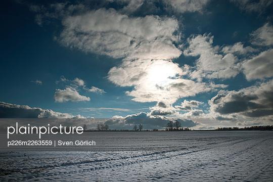 Snow-covered fields, Brandenburg - p226m2263559 by Sven Görlich