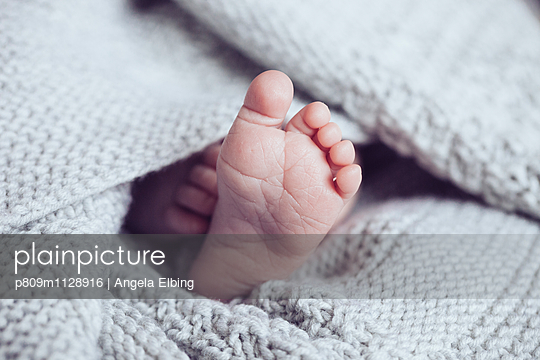 Babyfuß - p809m1128916 von Angela Elbing