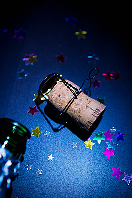 Champagne bottle and cork - p1149m2125270 by Yvonne Röder