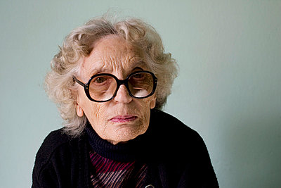 Alte Frau mit Brille - p4020233 von Ramesh Amruth