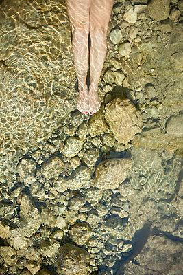 Woman lying in water - p966m668671 by Tobias Leipnitz