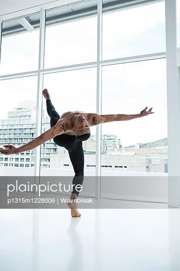 Ballerino practising ballet dance - p1315m1228006 by Wavebreak