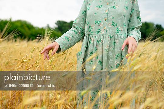 Frau im Kornfeld - p1646m2258913 von Slava Chistyakov