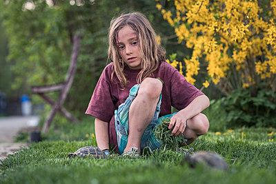 Mädchen spielt mit zwei Schildkröten - p1437m1586593 von Achim Bunz