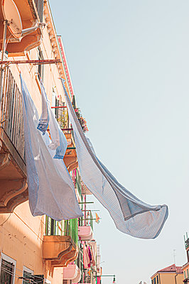 Drying laundry in the wind, Old town of Venice - p1609m2219658 by Katrin Wolfmeier