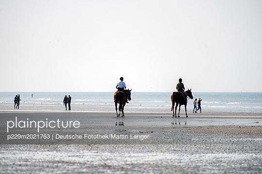 Am Strand - p229m2021763 von Martin Langer